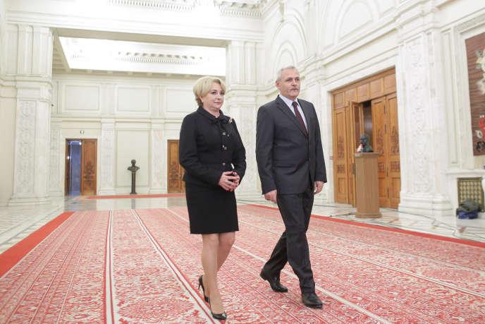 La première ministre roumaine, Viorica Dancila, et le chef de file du Parti démocrate, Liviu Dragnea, à Bucarest, le 17 janvier.