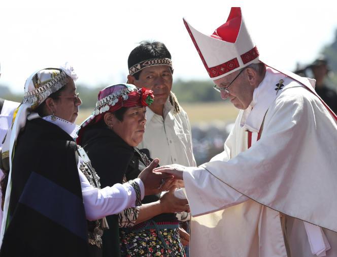 Le pape François avec des représentants mapuches, à Temuco,à 600kilomètres au sud de Santiago, au Chili, le 17janvier.