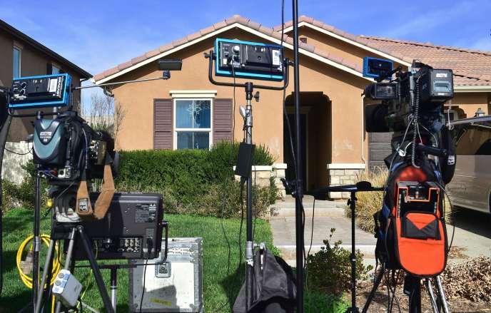 Les medias devant le 160 Muir Woods Road où la police a trouvé 13 enfants affamés retenus par leurs parent, à Perris (Californie), le 16 janvier.