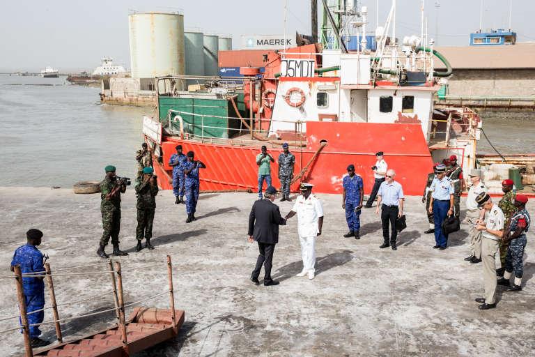 L'ambassadeur de France à Dakar salue un officier de la marine gambienne à Banjul, le 8décembre 2017.