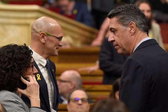 Le chef de file du PP catalan, Xavier Garcia Albiol (à droite), au côté deMarta Rovira (ERC) et Raul Romeva (ERC), le 17 janvier à Barcelone.