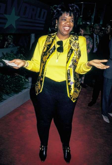 Ce n'est pas un conte de fées, c'est l'Amérique. Enfant, Oprah Winfrey portait des robes cousues dans des sacs à pommes de terre, qui faisaient d'elle la risée de l'école. Amême pas 40 ans, la voilà à la tête du premier talk-show télévisé du pays. Alors, lorsqu'elle porte un waistcoatVersace sur un tee-shirt jaune poussin et, en plus, qu'elle y coince ses lunettes de soleil dans l'encolure, plus personne ne se moque. Sauf nous. Mais c'est une déformation professionnelle.