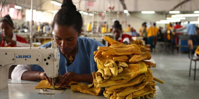 Dans une usine du fabricant britannique de gants Pittards, à Addis-Abeba, en Ethiopie, en mars 2016.