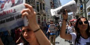 Manifestation de soutien au journal« Özgür Gündem», à IStanbul, en juin 2016.