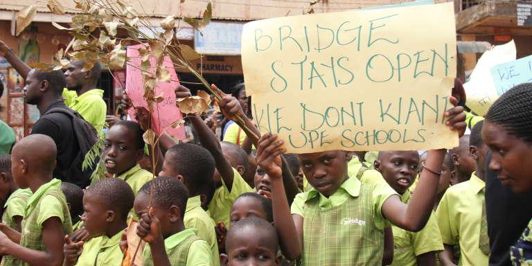 Manifestation organisée par Bridge pour protester contre la menace de fermeture de ses écoles en Ouganda, en décembre 2017.