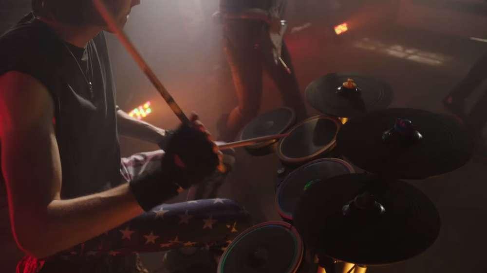 Ce n'est pas chez Nintendo ni même chez Konami que l'on trouve l'accessoire le plus emblématique et peut-être le plus amusant du lot : il est le fait de RedOctane, constructeur d'accessoires, en partenariat avec le développeur de jeux de rythme Harmonix. Le résultat de leur collaboration, « Guitar Hero» (2005), puis« Rock Band» (2007), sont des sortes de karaoké rock'n'roll, qui proposent de reproduire certains des morceaux rock les plus cultes en tripotant les boutons du manche d'une guitare en plastique. Bientôt déclinées avec batteries, basses et micros, les séries seront de véritables phénomènes à la fin des années 2000, avant de se ringardiser au tournant des années 2010. Aujourd'hui, les boutiques d'occasion sont remplies de ces accessoires désormais invendables.