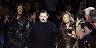 Kim Jones entouré de Naomi Campbell et de Kate Moss, à la fin du défilé Louis Vuitton hommes automne-hiver 2018-2019, à Paris, le 18 janvier.