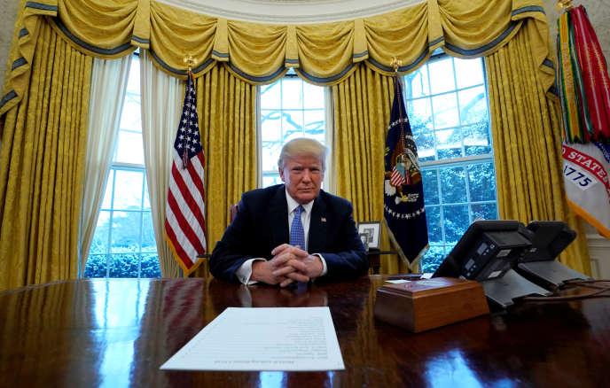 Donald Trump dans son bureau de la Maison Blanche, à Washington, le 17 janvier.