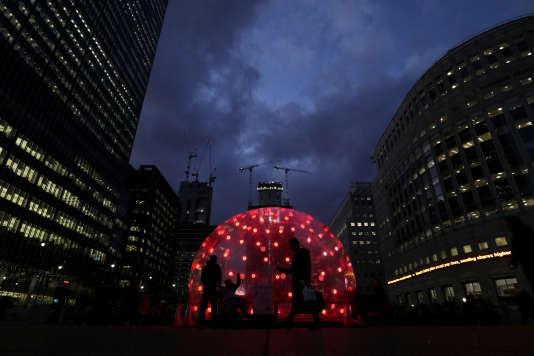 «Sonic Light Bubble, une installation artistique, Canary Wharf, quartier de la finance, à Londres).