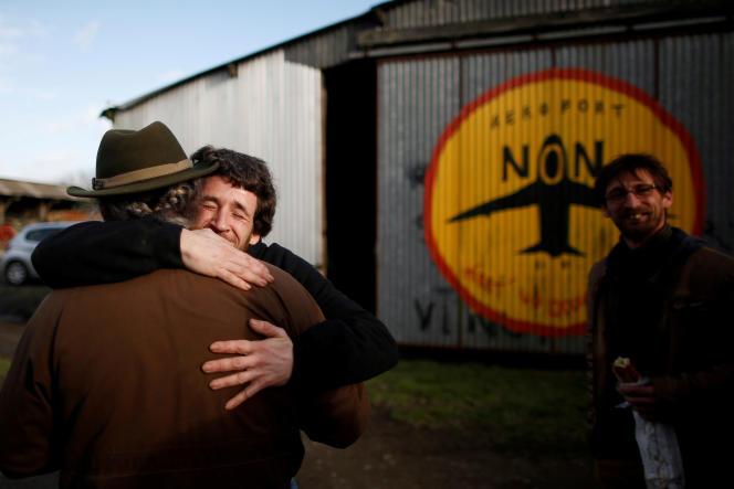 Des résidents de la ZAD après l'annonce de l'abandon de la construction de l'aéroport de Notre-Dame-des-Landes, le 17 janvier.