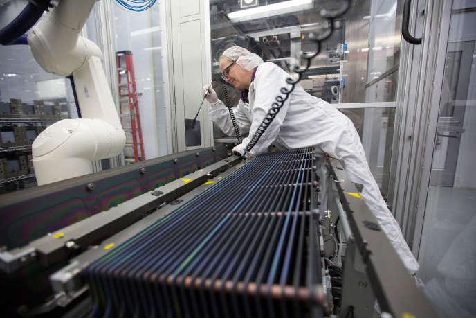 Fabrication de panneaux solaires à l'usine SolarWorld d'Hillsboro, dans l'Oregon, en janvier.