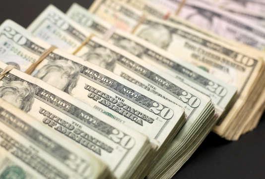Le dollar a reculé face aux autres grandes monnaies internationales et même atteint son plus bas niveau depuis décembre 2014 par rapport à l'euro, à 1,2415, le 24 janvier vers 19 h 05 GMT.
