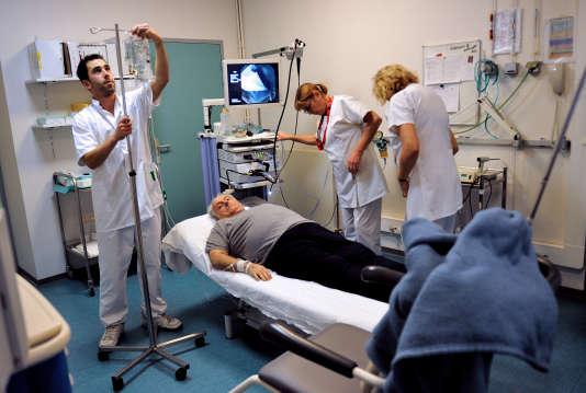 Les hommes représentent17% des élèves infirmiers.AFP PHOTO / PHILIPPE HUGUEN