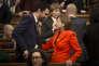 Roger Torrent, nouveau président du Parlement de Catalogne, salue la présidente sortante, Carme Forcadell, le 17 janvier, à Barcelone.