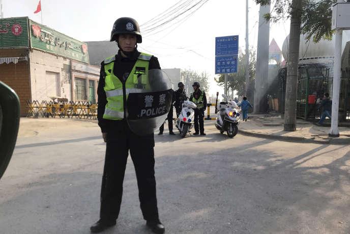 Des policiers postés devant un centre de « rééducation» des Ouïgours, à Korla (ouest du Xinjiang), le 2 novembre 2017.