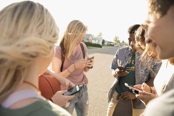 Les 6-17 ans passent plus de quatre heures par jour devant un écran, les 15-16 ans plus de cinq heures (Médiamétrie, avril 2017).