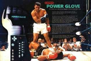A une époque où la grammaire du jeu vidéo restait à définir, la NES a connu de nombreuxd'accessoires étonnants : R.O.B le robot et le pistolet NES Zapper bien sûr, ou encore le tapis de jeu Power Pad, sans parler du Roll 'n Rocker de LJN Toys, qui permet de se diriger... avec ses pieds.Mais le plus emblématique, c'est lePower Glove de Mattel (1990), star du film «The Wizard». Un gant qui permet, théoriquement, de diriger son personnage sans manette, en bougeant simplement les doigts... Mais en pratique, le résultat est quasiment inutilisable.