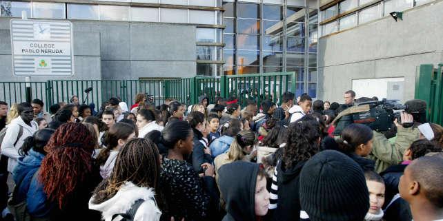 Des élèves devant le collège Pablo-Neruda, à Pierrefitte-sur-Seine (Seine-Saint-Denis), le 12 novembre 2017.