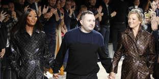 Kim Jones, entouré de Naomi Campbell et Kate Moss, a été longuement applaudi pour ce dernier défilé Louis Vuitton.