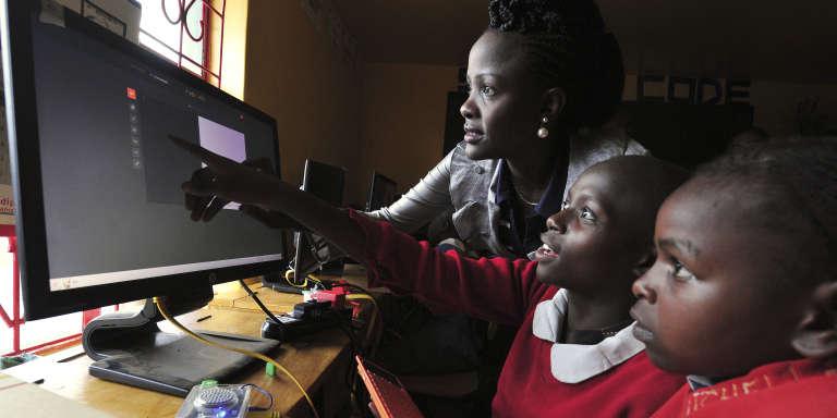 Cours d'informatique dans une école pour filles à Nairobi, au Kenya, en mai 2016.