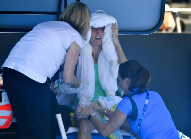 Alizé Cornet tente de se rafraîchir pendant son match face à Elise Mertens, le 19janvier.