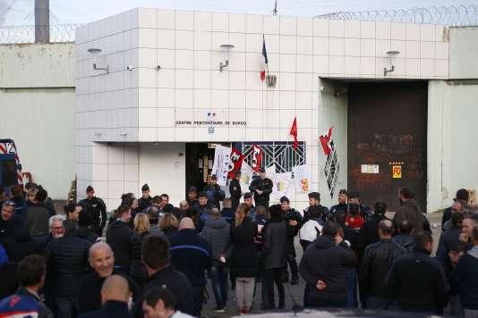 Devant la prison de Borgo, en Corse, le 19 janvier.