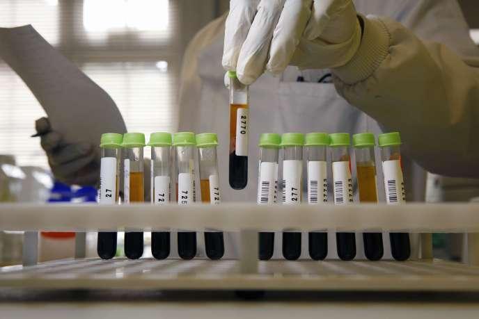 Préparation d'échantillons sanguins pour analyse aux Etats-Unis.