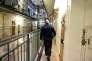Un surveillant dans les coursives d'un des bâtiments de la prison de Fresnes (Val-de-Marne), le 11 janvier.