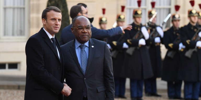 Le président français, Emmanuel Macron, et le ministre congolais des affaires étrangères, Léonard She Okitundu, à l'Elysée, à Paris, le 12décembre 2017.
