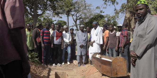 Lors de l'enterrement d'une victime de la tuerie de la forêt de Bayotte, au cimetière de Zinguinchor, au Sénégal, le 7janvier 2018.