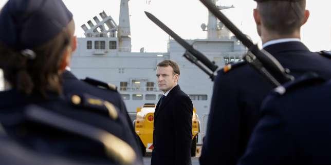 Le président français Emmanuel Macron passe en revue le navire d'assaut et d'hélicoptère français «Dixmude», le 19 janvier.