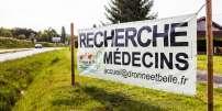 Banderole au bord d'une route de Dordogne indiquant la recherche d'un médecin.