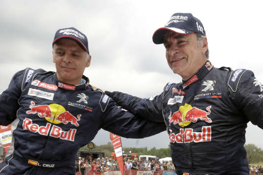Carlos Sainz, à droite, et son copilote, Lucas Cruz, à l'arrivée àCordoba, en Argentine, samedi 20 janvier.