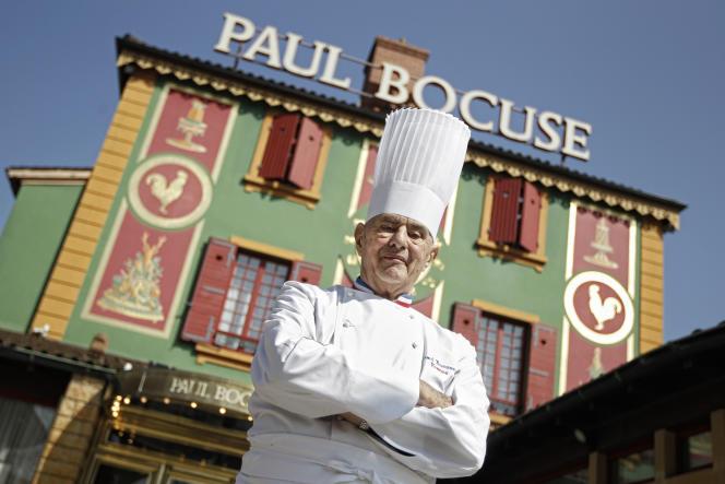 Paul Bocuse devant son restaurant L'Auberge du Pont de Collonges, à Collonges-au-Mont-d'or (Rhône), en mars 2011.