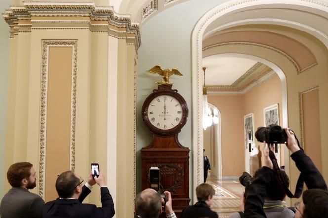 La pendule devant la chambre du Sénat sonne minuit, vendredi 19 janvier.