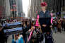 New York, le 20 janvier. Manifestants anti-Trump, brandissant un poster d'Hillary Clinton à l'occasion du premier anniversaire du mandat présidentiel de Donald Trump.