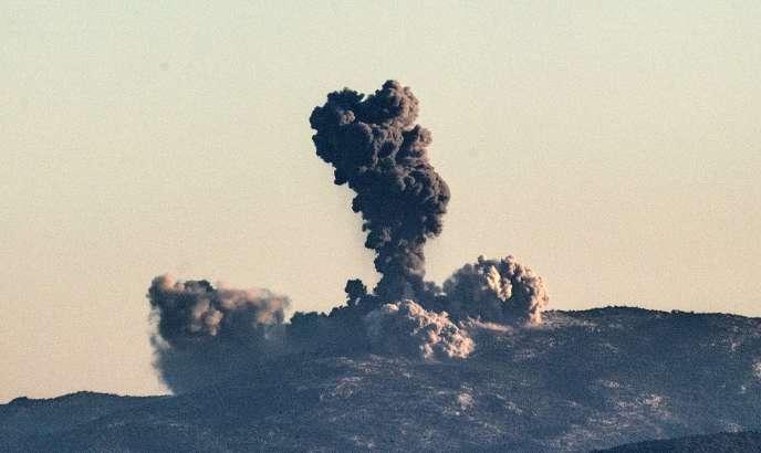 Nuage de fumée après un bombardement de l'armée turque sur les positions des YPG, en Syrie, le 20 janvier.