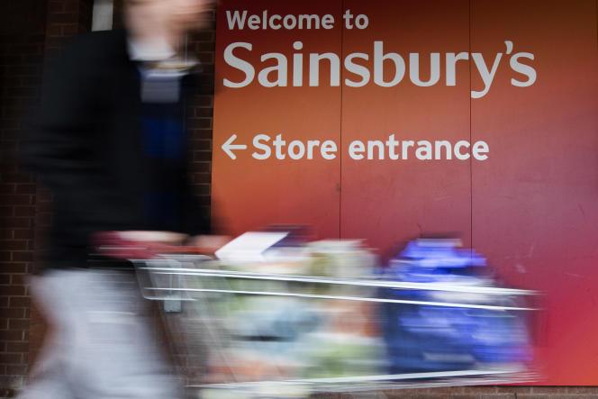 Devant un supermarché Sainsbury's, dans l'ouest de Londres, en janvier.