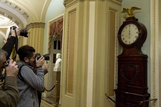 A Washington, vendredi 19 janvier, l'horloge devant le Sénat sonne minuit, heure à laquelle le « shutdown » est entré en vigueur faute d'accord budgétaire provisoire.
