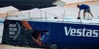 Un membre de l'équipage de Vestas 11th Hour Racing inspecte les dégâts sur le voilier.