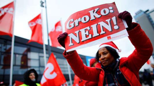 Une manifestante devant le bâtiment où se tient, à Bonn, le congrès du SPD allemand.