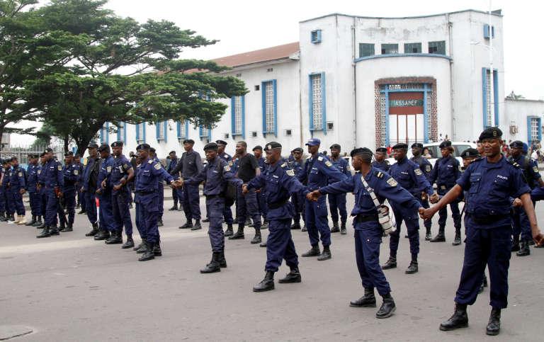 Les forces de police, à Kinshasa, en marge d'un rassemblement interdit contre le pouvoir de Joseph Kabila, le 21 janvier.