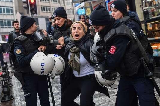 La police anti-émeutes turque procède à l'arrestation d'une femmeprotestant contre l'opération « Rameau d'olivier» menée en Syrie, le 21 janvier à Istanbul.