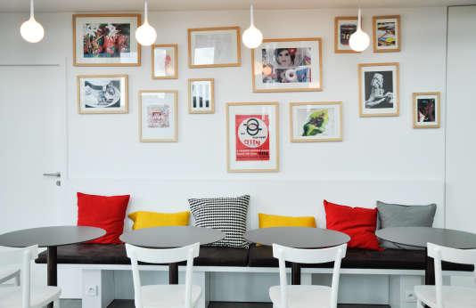 Le Café Deloitte, au 36e étage de la Tour Majunga érigée sur l'esplanade de la Défense : une cafétérai où les collaborateurs peuvent venir à toute heure grignoter quelque chose, jouer à la playstation, boire un verre avec des collègues, organiser une réunion d'équipe...