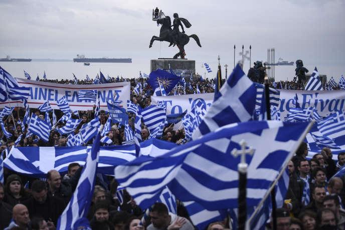 Dimanche 21 janvier à Thessalonique, principale ville de la région grecque de Macédoine, des hommes en habits tradionnels devant la statue d'Alexandre Le Grand, s'opposent au maintien du mot «Macédoine» dans le futur nom du pays.