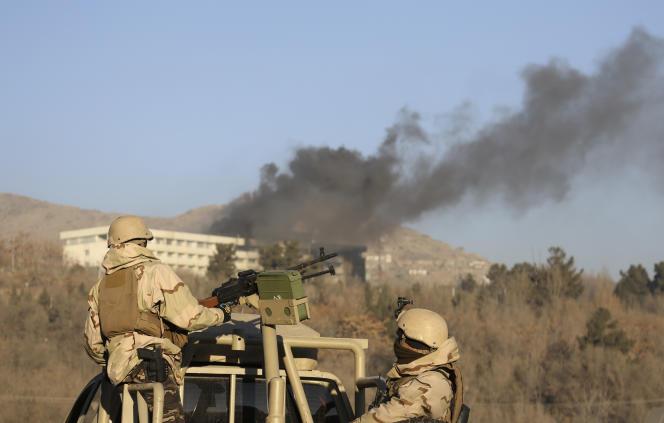 Une colonne de fumée s'élève de l'hôtel Intercontinental attaqué, à Kaboul, le 21 janvier.