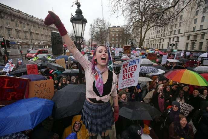 Des participants à la« Marche des femmes» à proximité deDowning Street, la résidence de Theresa May, la première ministre britannique, dimanche 21 janvier 2018.