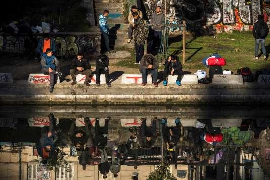 Migrants sur le quai de Jemmapes, à Paris, en octobre 2016.