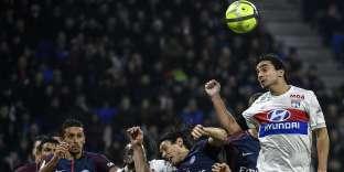 Le défenseur du club lyonnais Rafael da Silva en train de mettre une tête, au stadium Groupama à Decines-Charpieu.