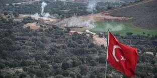 L'artillerie turque pilonneles positions des Kurdes à la frontière entre la Turquie et la Syrie.